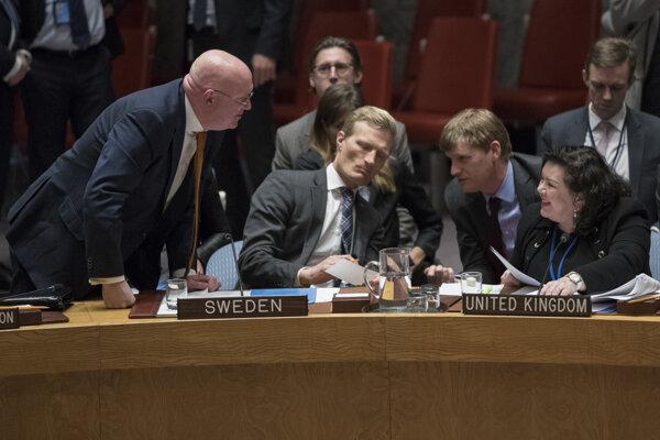 Vasiilij Nebenzia a Karen Piercová si vymieňajú názory na pôde  OSN.