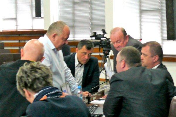 Počas rokovania sa poslanci museli aj občas poradiť. Otakéto diskusie nebola núdza.