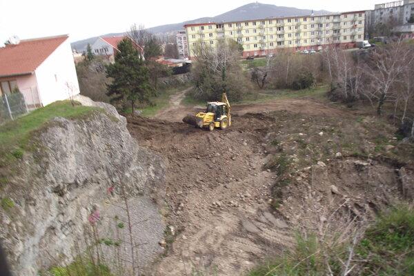Bager presunul zeminu so stavebným odpadom, ktorú dalo do bane naviezť mesto, pod svah.
