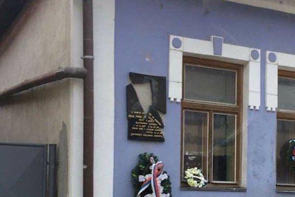 Zničená tabuľa na rodnom dome Jozefa Tisa.