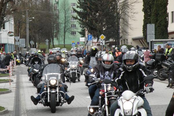 Námestie zaplnila viac ako tisícka motorkárov.