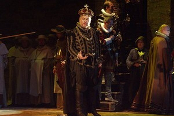 Peter Mikuláš  ako Filip II. v opere Don Carlos.