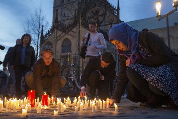 Ľudia zapaľujú na mieste incidentu sviečky.