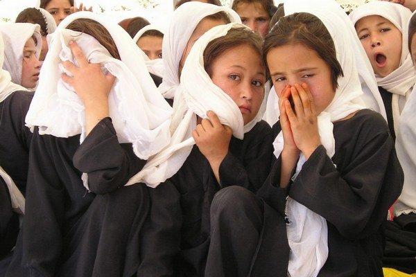 """Len dve percentá Afganiek majú """"občiansky"""", v Afganistane sa mu hovorí taškár, štyri z piatich žien nevedia čítať ani písať, len 20 percent dievčat navštevuje základnú školu, 57 percent afganských neviest má menej ako 16 rokov, priemerná Afganka je počas"""
