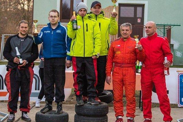 Na 3. miesto stupňa víťazov sa postavila posádka Mokran (vpravo) – Kováč (druhý zprava) sRenaultom Clio Sport.