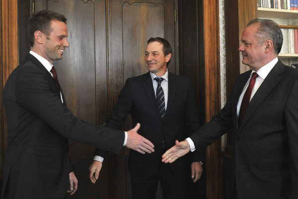 Prezident Andrej Kiska a bývalí hokejisti Peter Bondra a Richard Lintner počas prijatia v Prezidentskom paláci.