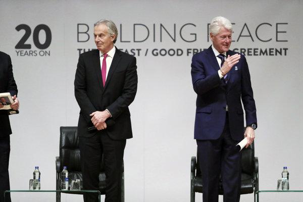 Britský expremiér Tony Blair (vľavo) s bývalým americkým prezidentom Billom Clintonom.