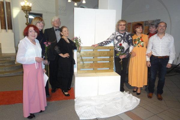 Play-artisti so Zlatou paletou - zľava kurátorka M. Hučková, O. Plačková, L. Nittnaus, E. Nittnausová, M. Poliak, D. Režová, M. Salanciová a D. Valach, ktorý vystúpil v programe.