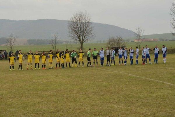 Dolné Srnie (v žltom) uhralo prvý bod v sezóne.