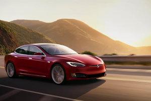 Elektrické automobily Tesla sú jednou z najznámejších inovácií Elona Muska. Cieľom firmy je priniesť plne elektrické automobily k bežným zákazníkom. Tesla v súčasnosti predáva tri modely áut: Model S, Model X a Model 3. Automobil prvej generácie Tesla Roadster už nie je v predaji.
