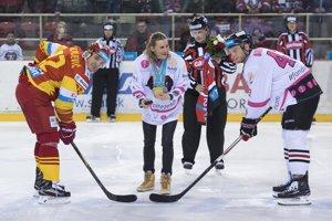Začína sa finále najvyššej hokejovej súťaže. Líder Trenčína Branko Radivojevič (vľavo) a Tomáš Surový z Banskej Bystrice (vpravo).