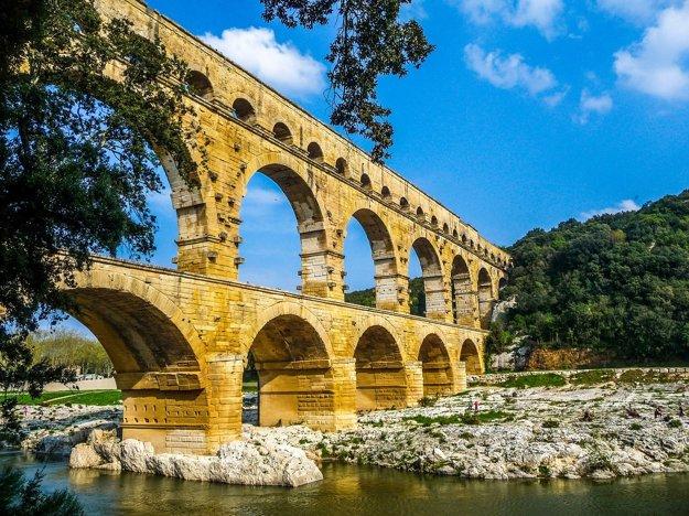 Akvadukt Pont du Gard pri meste Nimes