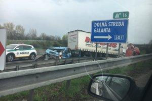 Nehoda sa stala dnes na R1 pri zjazde  na Galantu.