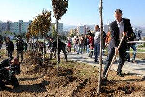 22. október 2012. Výsadba stromov na sídlisku Dargovských hrdinov, vpravo primátor Košíc Richard Raši.