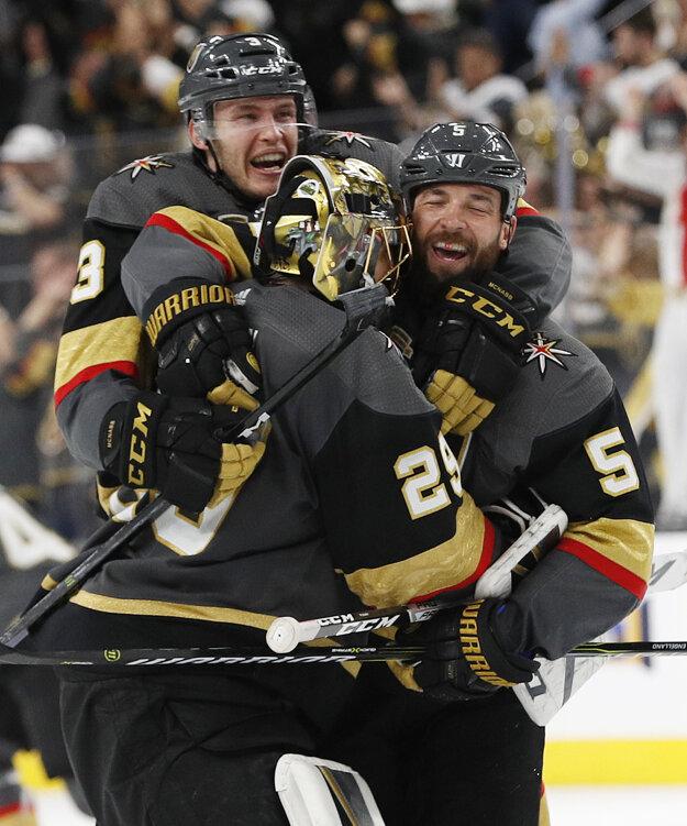 Hokejisti Vegas oslavujú víťazstvo v druhom zápase play off.