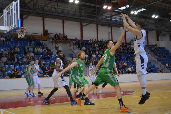 Zo zápasu Lučenec - Petržalka.