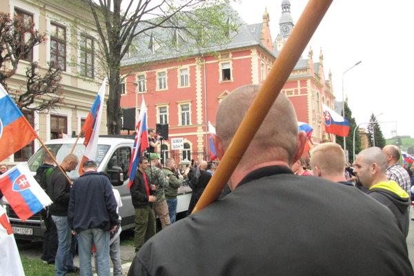 Mazurekovi priaznivci vykrikovali rovno pod oknami základej školy, ktorá sa nachádza blízko súdu.