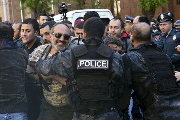 Protest v Arménsku proti exprezidentovi Seržovi Sarkisjanovi a jeho kandidatúre na premiéra.
