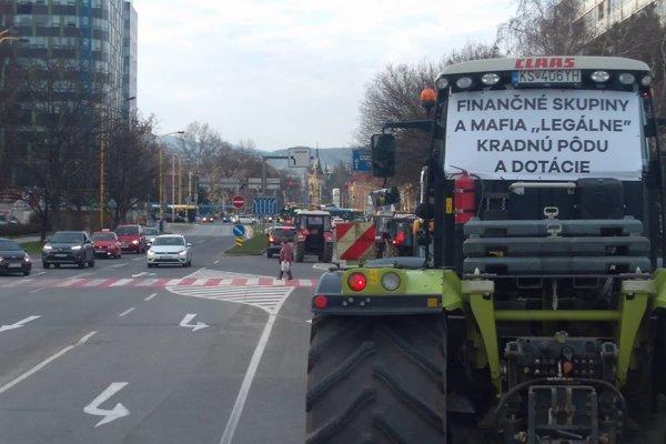 Protestná jazda farmárov v Košiciach zabrala, ministerka sa s nimi na budúci týždeň stretne.