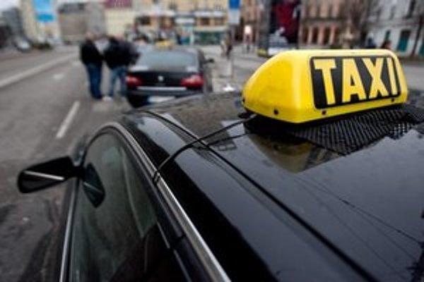 """<p>Stovky taxikárov v pondelok <a href=""""http://bratislava.sme.sk/c/6746393/stovky-taxikarov-na-protest-zablokovali-bratislavu.html"""">na protest zablokovali Bratislavu</a></p>"""