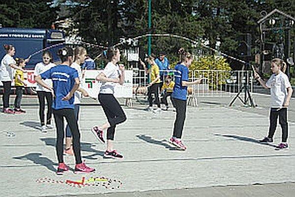 Jedným z nových subjektov je združenie, ktoré zastrešuje modernú športovú disciplínu - skákanie so švihadlami. Deti ho predviedli na ekojarmoku.