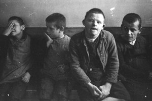 """Nacistický režim zabil počas programu detskej """"eutanázie"""" najmenej 5-tisíc detí. Autorom fotografie z Psychiatrickej kliniky v Schönbrunne je fotograf SS Franz Bauer."""