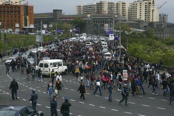 Arméni protestujú proti novému premiérovi.