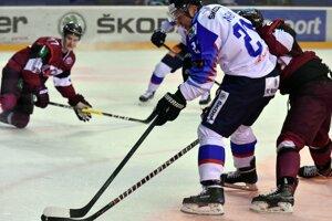 Ladislav Nagy sa snaží dostať pred bránu Lotyšska.