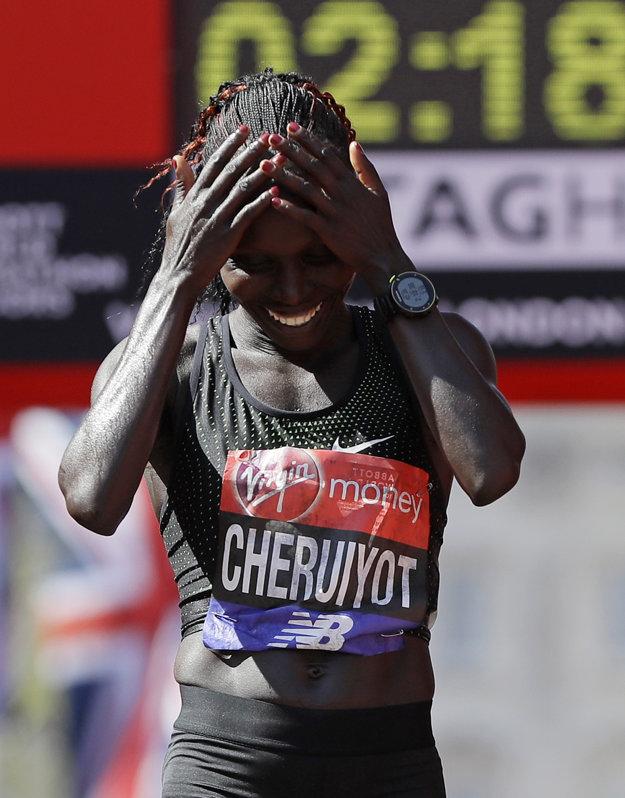 Vivian Cheruiyotová sa raduje v cieli Londýnskeho maratónu 2018.