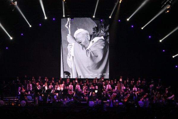 Orchester a spevácky zbor umocňujú atmosféru koncertu.