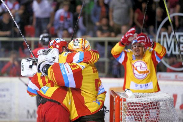 Hokejisti Trenčína sa radujú z víťazstva.