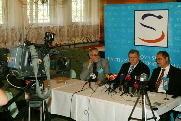 Na archívnej snímke zľava riaditeľ Tlačového odboru ĽS-HZDS Jozef Šucha, predseda strany Vladimír Mečiar a europoslanec Sergej Kozlík.