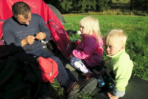 S deťmi sa na víkend treba vybrať do lesa. Určite je to lepšie, ako tráviť ho v obchodno-nákupnom centre. Tieto deti strávili s rodičmi niekoľko dní na ceste hrebeňom hôr.