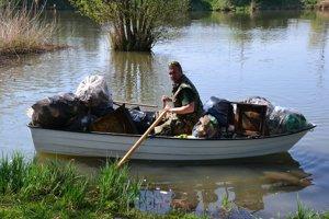 Plný čln odpadu. Vyzbierali ho z jediného lovného miesta.