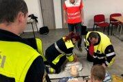 V praktickej časti si dobrovoľní hasiči vyskúšali resuscitáciu na figuríne.
