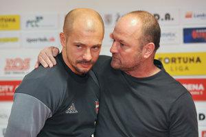 Tréner Spartaka Trnava Nestor El Maestro (vľavo) a generálny manažér klubu Pavel Hoftych.