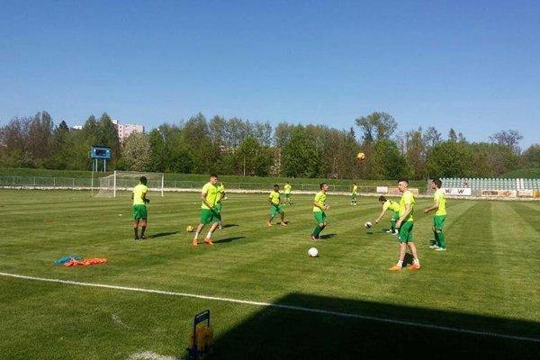 Rozcvička futbalistov FKM Nové Zámky pred Zápasom vBánovciach nad Bebravou. FKM nedal domácim vzápase šancu, zvíťazil presvedčivo.