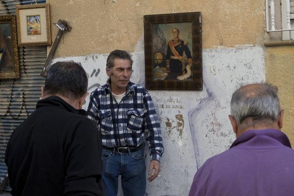 Muži stojaci pred portrétom Francisca Franca.