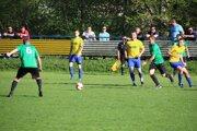 Futbalisti Belej (v žltom) sa po vysokej výhre nad tímom Čierneho stali novým lídrom V. ligy.