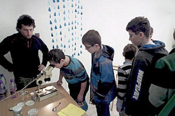 Žiakov najviac zaujalo pozorovanie cez mikroskopom.