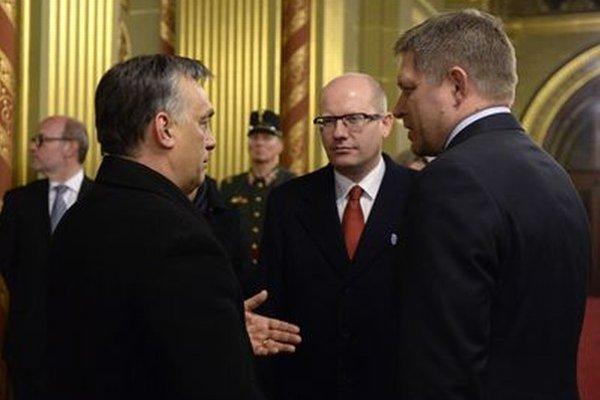 Maďarský premiér Viktor Orbán, český premiér Bohuslav Sobotka a slovenský premiér Robert Fico pred summitom V4.