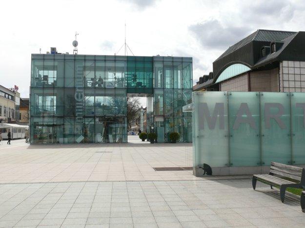 Millenium – uznávaná aaj zatracovaná stavba.