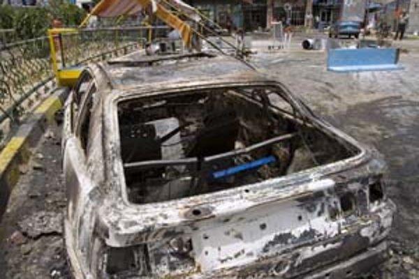 Irán zaviedol prídely pohonných látok, ľudia pri protestoch vypálili čerpaciu stanicu.