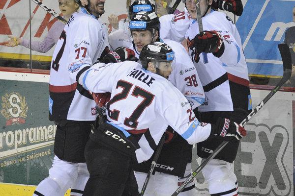 Hokejisti Banskej Bystrice oslavujú triumf vo finálovej sérii.