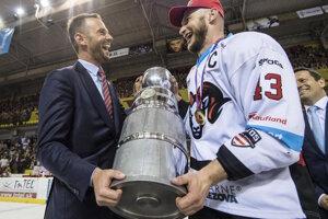 Generálny riaditeľ Tipsport Ligy Richard Lintner odovzdáva majstrovskú trofej kapitánovi Banskej Bystrice Tomášovi Surovému.