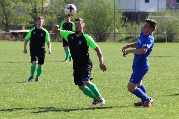 Novoť (v čierno-zelených dresoch) vyhrala v Rabči vysoko 4:0.