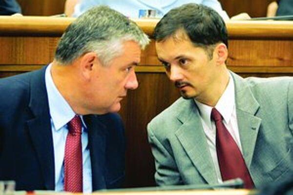 Rafael Rafaj je v parlamente zároveň Jánom Slotom.