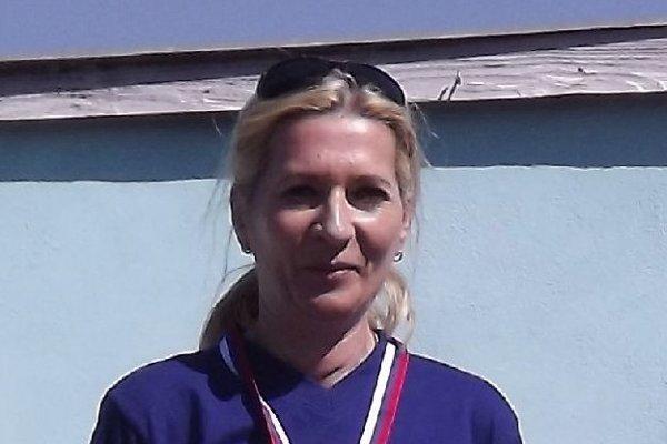 Adriana Nosianová zo Šurian s diplomom a víťaznou trofejou.