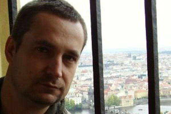 Narodil sa v roku 1971. Vyštudoval Filozofickú fakultu UK v Bratislave, odbor filozofia - sociológia. V rokoch 1993 - 1998 pôsobil ako novinár v denníku SME, následne sa stal hovorcom bývalej Demokratickej strany. Po odchode časti jej členov (z dôvodu nes