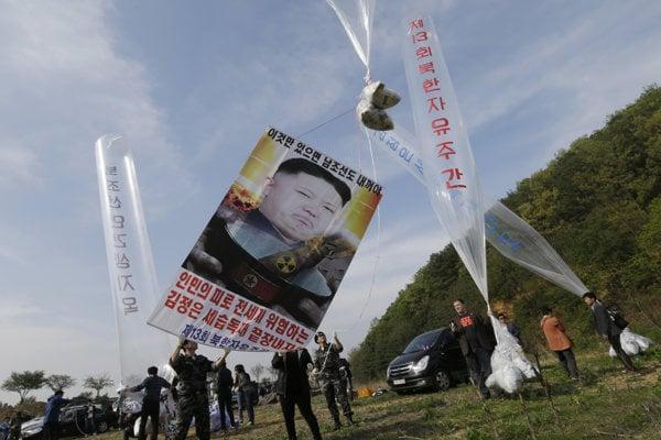 Severokórejskí aktivisti vypúšťajú balóny s letákmi.
